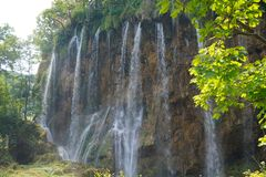 De nationale Meren van parkplitvice - Kroatië Verscheidene hoge watervallen zij aan zij royalty-vrije stock foto's