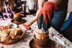 De nationale Turkse schotel in de pot die v3o3or gebruik gebroken is wordt genoemd testi-Kebab De kok breekt de pot met a Stock Fotografie