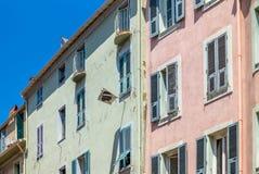 De nationale vlag van het hangen van Corsica in de straten van Ajaccio Stock Foto