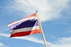 De Nationale vlag van Thailand en blauwe hemel Stock Afbeeldingen
