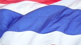 De Nationale Vlag van Thailand, Langzame Motie, het Vlotte blazen in de wind op een winderige dag het toenemen zon stock video