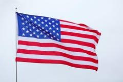De nationale vlag van Verenigde Staten op grijze achtergrond stock afbeelding