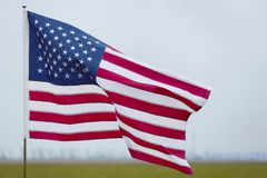 De nationale vlag van Verenigde Staten op grijze achtergrond stock fotografie