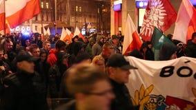 De nationalisten protesteren in centrum van Krakau Ongeveer 3 000 mensen namen aan Maart van Vrij Polen deel stock footage