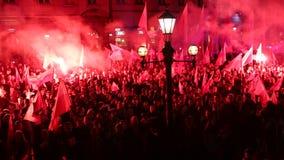 De nationalisten protesteren in centrum van Krakau Ongeveer 3 000 mensen namen aan Maart van Vrij Polen deel stock videobeelden