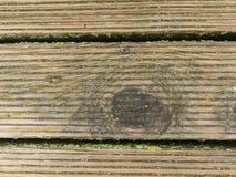 De natte harde houten raad met verwering verzet zich tegen oppervlakte De houten vloer van de strandpijler stock foto