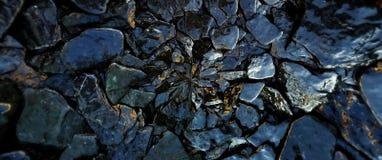 De natte rotsen en de het patroonachtergrond van de steentextuur stock afbeeldingen