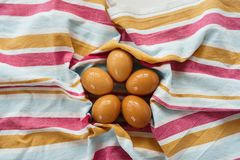 De natte unpainted eieren liggen op een gestreepte handdoek Mening van hierboven Vlak leg Het Concept van Pasen Milieuvriendelijk royalty-vrije stock fotografie