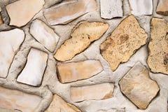 De natuurlijke achtergrond van de steenmuur Omheining van natuurlijke materialen wordt gemaakt dat royalty-vrije stock foto