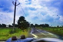 De natuurlijke achtergrond van de waterdaling Autoraamglas met condensatie stock afbeeldingen