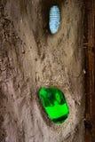 De natuurlijke bouw met klei en zand met glasflessen stock foto's