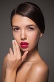 De natuurlijke close-up van het schoonheidsportret van een jong donkerbruin model Stock Afbeeldingen