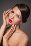 De natuurlijke close-up van het schoonheidsportret van een jong donkerbruin model Stock Foto's