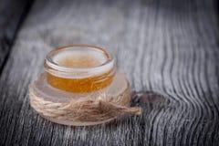 De natuurlijke diy suiker, honings en kokosnotenolielip schrobt Royalty-vrije Stock Afbeeldingen