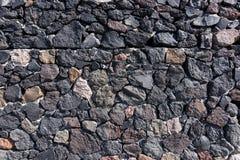 De natuurlijke donkere achtergrond van de steenmuur Stock Afbeelding