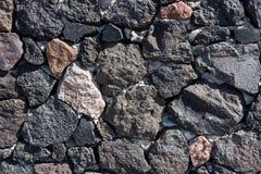 De natuurlijke donkere achtergrond van de steenmuur Stock Afbeeldingen