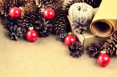De natuurlijke materialen voor handcrafted Kerstmisdecoratie (document, p Royalty-vrije Stock Foto's