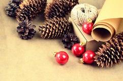 De natuurlijke materialen voor handcrafted Kerstmisdecoratie (document, p Royalty-vrije Stock Fotografie