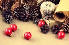 De natuurlijke materialen voor handcrafted Kerstmisdecoratie (document, p Stock Foto