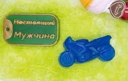 De natuurlijke met de hand gemaakte zeep is een perfecte gift in de vorm van motosycle en een kenteken Stock Fotografie