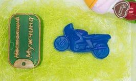 De natuurlijke met de hand gemaakte zeep is een perfecte gift in de vorm van motosycle en een kenteken Stock Foto's