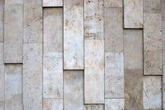 De natuurlijke ongelijke textuur van de steenmuur van beige schaal kleurt poreus materiaal stock afbeelding