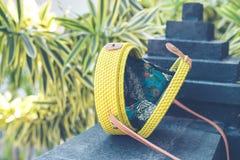 De natuurlijke organische met de hand gemaakte close-up van de rotanhandtas Gele kleur stock fotografie