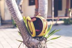 De natuurlijke organische met de hand gemaakte close-up van de rotanhandtas Gele kleur royalty-vrije stock afbeelding