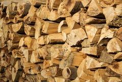 De natuurlijke rustieke houten achtergrond, droogt gehakte brandhoutlogboeken voor Stock Fotografie
