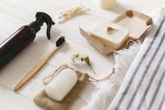De natuurlijke tandenborstel van het ecobamboe, kokosnotenzeep, met de hand gemaakt detergens, royalty-vrije stock foto