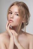 De natuurlijke verse zuivere close-up van het schoonheidsportret van een jong aantrekkelijk model Royalty-vrije Stock Foto