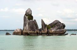 De natuurlijke vorming van de kustrots in overzees bij Belitung-Eiland, Indonesië Royalty-vrije Stock Foto