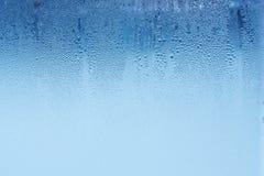 De natuurlijke waterdalingen op glas, vensterglas met condensatie, sterke, hoge vochtigheid, grote dalingen van water stromen ond stock afbeelding