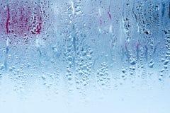 De natuurlijke waterdalingen op glas, vensterglas met condensatie, sterke, hoge vochtigheid, grote dalingen van water stromen ond stock fotografie