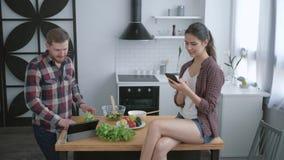 De natuurvoeding, gelukkige familie neemt selfie foto op mobiele telefoon terwijl het koken van gezonde maaltijd voor lunch voor  stock video