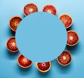 De natuurvoedingachtergrond en de Exemplaarruimte maakten van rode citrusvruchtensinaasappelen met blauwe document kaart Royalty-vrije Stock Foto's