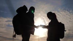 De navigatieconcept van het groepswerktoerisme Het gelukkige silhouet van familiewandelaars in aard die in een levensstijlsmartph stock footage