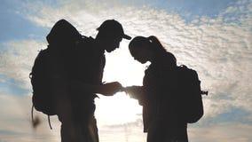 De navigatieconcept van het groepswerktoerisme Het gelukkige silhouet van familiewandelaars in aard die in een weg van de smartph stock video
