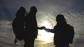 De navigatieconcept van het groepswerktoerisme het gelukkige silhouet van familiewandelaars in levensstijlaard die in een smartph stock video