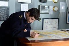 De navigator van het schip ` via Australis ` bedekt de overzeese routekaart in de archipel van Tierra del Fuego Royalty-vrije Stock Fotografie