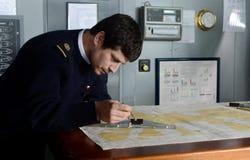De navigator van het schip ` via Australis ` bedekt de overzeese routekaart in de archipel van Tierra del Fuego Royalty-vrije Stock Foto