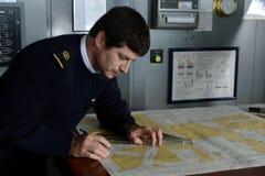 De navigator van het schip ` via Australis ` bedekt de overzeese routekaart in de archipel van Tierra del Fuego Stock Fotografie