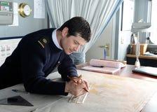 De Navigator van het schip ` via Australis ` die de overzeese route op de kaart van Kaaphoorn bedekken Stock Fotografie