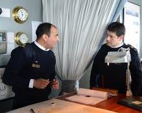 De navigators van het schip via Australis navigeren een overzeese route over de kaart van Kaaphoorn Stock Fotografie