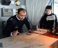 De navigators van het schip via Australis navigeren een overzeese route over de kaart van Kaaphoorn Stock Afbeelding