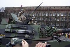 De NAVO tanks en militairen bij militaire parade in Riga, Letland Stock Afbeeldingen