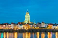 De Nederlandse stad van Deventer in Overijssel met de rivier IJssel i royalty-vrije stock foto's