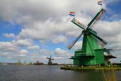 De Nederlandse windmolens van Zaanseschans - Nederland Stock Foto's