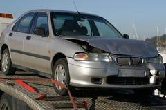 De neerstorting van de auto op aanhangwagen stock fotografie