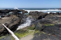 De neerstorting van golven aan wal op lavebed Stock Fotografie